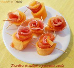 Le roselline di melone e prosciutto crudo sono un antipasto classico per chi adora questo abbinamento. Melone e prosciutto serviti a forma di roselline...