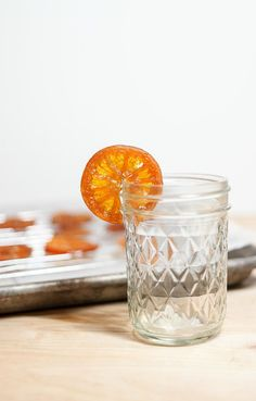 Easy Candied Mandarins - Have you ever wondered how people make those sweet candied fruit slices that bakeries often features as cupcake toppers? It's easy! Honey, water, Halos mandarins and a wide-base pan. Whole Food Desserts, Whole Food Recipes, Honey Candy, Orange Dessert, Candied Fruit, Fruit Slice, Grapefruit Juice, Coconut Sugar, Fruits And Veggies