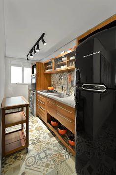 Apartamento Publicitária: Cozinhas modernas por Johnny Thomsen Design de Interiores