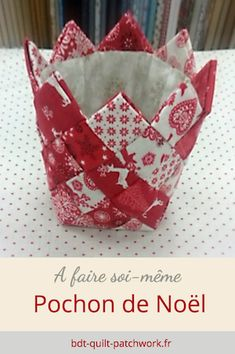 Christmas pouch with jelly rolls pattern -Christmas quilted basket PDF tutorial in French Coin Purse Tutorial, Zipper Pouch Tutorial, Tote Tutorial, Crazy Patchwork, Patchwork Bags, Christmas 2019, Christmas Crafts, Christmas Patchwork, Diy Crafts To Do