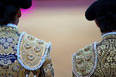 """""""Traje de luces"""" is de naam die is gegeven aan de kleding die de torero draagt tijdens een stierengevecht (corrida). """"Het kostuum van lichtjes"""" verwijst naar de rijke versieringen op het pak die schitteren in het zonlicht. Ingewikkelde patronen in goud- of zilverdraad zijn op het vest, het korte jack met epauletten en de strakke broek geborduurd, opgesmukt met kwastjes, siersteentjes, kralen en pailetten. Het kleurige tenue heeft vrouwelijke trekken, maar wordt gedragen door supermacho's."""