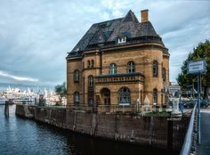 """Wer kennt es nicht, dass Polizeirevier aus der TV-Serie """"Notruf Hafenkante"""" hier am Hamburger Hafenrand.  www.heimathafen-aktuell-hamburg-fotografie.de #hamburg #germany #harbour"""