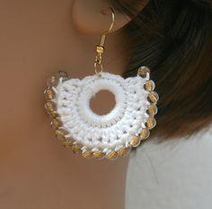 Petites créoles en coton blanc au crochet et perles Bohême