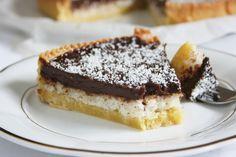 La crostata cioccolato e cocco è un dolce molto goloso e ricco, profumato e dal sapore intenso. Vediamo insieme come si prepara