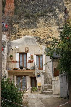 Maison troglodyte, Amboise, France.  Dying to go back!