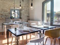 Sala della Locanda dei Nobili Viaggiatori - l'accostamento di elementi d'arredo contemporanei e il carattere della struttura antica sono un giusto mix tra antico e moderno - mobili e tavoli a disegno, Sedie Hay