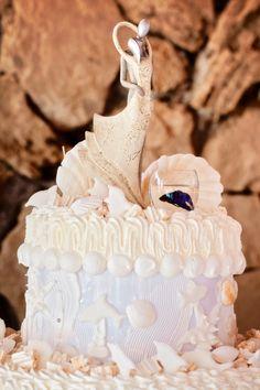 Sposarsi all'isola d'Elba - Getting married in Elba - L'amore in una torta nuziale! Il cake topper scelto ad arte per rifinire una torta ispirata al mare! Foto Studio Brizzi  #allestimento cake #sweettable #tagliodellatorta #tortamonumentale #tortamare #pasticceriamignon #allestimentotavolodellatorta #allestimentoconfettata #confetti #isoladelba #weddinginspiration #weddingideas #creativeweddings #elegantweddings #elegantstyle #elbaweddingstyle #weddingelbastyle