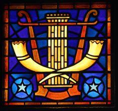 Synagoge Enschede, Venster met zuil en sjofar