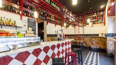 Taberna y vermutería con más de 25 clases de vermut y tapas castizas en la calle Vallehermoso.