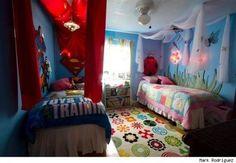 Mark Rodriguez tem duas filhas gêmeas com gostos totalmente diferentes. Uma é fanática pelo Super-Homem e a outra é uma admiradora de flores e borboletas. Como conciliar gostos tão contrários quando elas dividem o mesmo quarto? A sorte é que Mark é artista. Ele conseguiu criar esse quarto dividido com um design simples, porém eficaz.