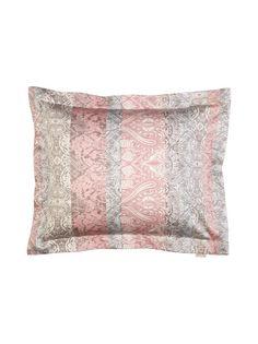 Näyttävästi kuvioitu tyynyliina on materiaaliltaan ihanan pehmeää puuvillasatiinia. Lankaluku 220.
