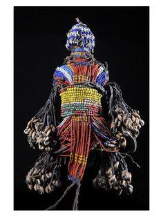 Au Cameroun, quand un jeune homme Fali se fiance, il fabrique une poupée en bois (ham pilu) et la décore de cheveux, de perles et de petits objets. Il le donne alors à sa fiancée, qui le porte dans un porte bébé dorsal. La poupée est le symbole de leur obligation de mariage et représente leur enfant à venir.