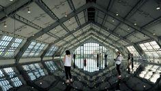 antony gormley: horizon field hamburg a large suspended platform with mirrorish finish