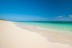 Des kilomètres de sable blanc immaculé, des eaux calmes et cristalines, un îlot coralien plein de poissons colorés, voilà la plage de Grace Bay, à Providenciales!