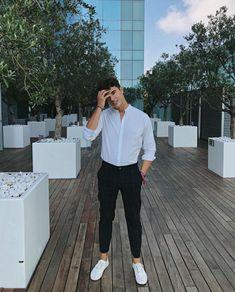 Você não precisa ser rico para comprar roupas boas e caras. Você só precisa ser um pouco esperto para comprar a melhor roupa para você na hora certa. Os tempos em que uma aparência elegante e charmosa pertencia somente aos ricos se foram. Agora, todo homem merece ser atraente sem gastar uma fortuna. Indian Men Fashion, Korean Fashion Men, Teen Guy Fashion, Stylish Mens Outfits, Casual Outfits, Men Casual, Stylish Clothes, Teaching Mens Fashion, Formal Men Outfit