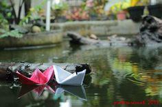 perahu kertas saat hujan