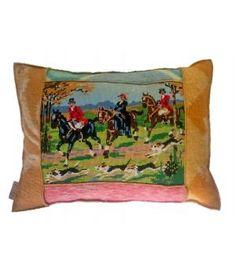 kussen met een hoes van wollen dekens en een vintage borduurwerk. Deze hoes sluit met een knoop en  is wasbaar op wolwasprogramma. De afmeting is 45-60 cm