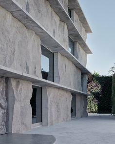 Cet étonnant bâtiment, situé à Muharraq, deuxième ville de Bahreïn, présente des blocs de béton, qui sont à la fois l'image et la substance du projet, car ils ont également une fonction structurelle. Chaque morceau de béton est fabriqué à partir de moulages du sol autour de la zone du projet, devenant l'histoire d'un moment et d'un espace spécifiques dans le contexte. « Chaque variation légère et imprévisible de chaque pièce est l'enregistrement d'un temps, ou plutôt d'un processus de...