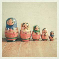 Matruşka bebeklerin 1890 yılında Moskova yakınlarında bulunan Abrentsevo Malikanesi'ne ait Çocuk Eğitim Atelyesinde doğduğu iddia edilmektedir. Birçok meşhur ve yetenekli Rus sanatçı, yerel oymacılar ile birlikte Abrentsevo Malikanesi'nin sahibi Mamontov'un atölyesinde çalışmaya başlarlar. İsmini çok beğenilen bir bayan olan Matrioska'dan aldığı söylenir.  Matruşka hem oymacılık hem de resim açısından Rusya'nın imajı ve ruhudur.