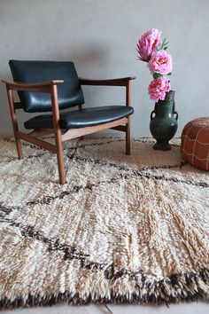 Beni Rugs, Patterned Chair, Leather Pouf, Natural Tan, Nature Decor, Beni Ourain, Pink Rug, Modern Chairs, Soft Furnishings