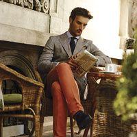 Blazer, corbata y pañuelo: Carolina Herrera, camisa y pantalón: ScalperS para el Palacio de Hierro, zapatos: Louis Vuitton, camisa: Crawford y corbata de seda: VR.