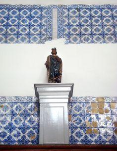Azulejos antigos no Rio de Janeiro: Centro XXXIV - Santa Casa de Misericórdia do Rio de Janeiro Vamos aos azulejos! Lembrando, todas as fotos são de autoria de Raul Félix. Há vários azulejos portugueses em azul cobalto, que acredito serem da época em que o novo prédio foi concluído: