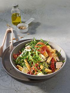 Nudelsalat auf italienisch mit Rucola und getrockneten Tomaten