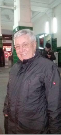 Kadir Uğur, Bentour Reisen CEO, wartet auf auf die Standseilbahn am Tünel.