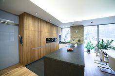 Srdce domu tvoří prostorný obývací pokoj s výrazným krbem propojený s kuchyní. K…