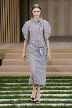 Chanel Spring 2016 Couture Fashion Show Collection: See the complete Chanel Spring 2016 Couture collection. Look 4 Fashion Week Paris, Fashion Week 2016, Runway Fashion, Fashion News, Fashion Show, Chanel Couture, Style Couture, Haute Couture Fashion, Spring Couture