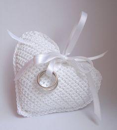 Porta alianças em croché branco em formato de coração