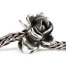 Juni Verschillende kleuren rozen hebben verschillende betekenissen, maar ze zijn allemaal nieuwsgierig, slim en veelzijdig. De roos, de geboortebloem van juni, verbergt in al haar liefde en schoonheid een zoetwaterparel tussen haar bladeren.