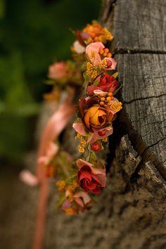 """Věneček+do+vlasů+""""Babí+léto""""+věneček+délky+51-52cm,+snadno+upravitelná+velikost+pomocí+stužky+umělé+a+konzervované+květy+a+zeleň+k+věnečku+je+možné+vyrobit+i+další+květinové+šperky,+neváhejte+mě+kontaktovat+hřeben+do+vlasů+již+v+prodeji"""