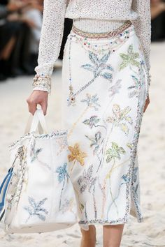 Chanel Spring 2019 Prêt-à-porter Modenschau-Details: Siehe Detailfotos für Cha . - Chanel Spring 2019 Prêt-à-porter-Modenschau-Details: Siehe Detailfotos für die Prêt-à-porter-K - Style Couture, Couture Fashion, Runway Fashion, Fashion Models, Spring Fashion, Paris Fashion, Vogue Models, Fashion 2017, Chanel Couture