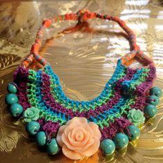 Collar tejido en crochet con cadena de retazos de tela, turquesas y flor en resina