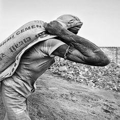 Construction Worker in the informal sector -#india#indiaphotographyclub #_coi #man #worker #traveldesi #lonelyplanetindia #desi_diaries #_soi #brickworkers #labour #labor #work #india_ig #bnw #bnwphotography#streetphotography