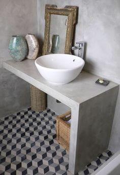 Banheiro de cimento queimado com ladrilho hidraúlico