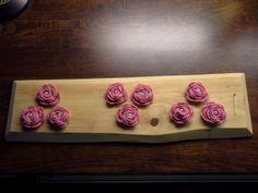 virkatut ruusut tuppilaudalla