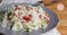 Il riso freddo zucchine e prosciutto crudo è un'insalata di riso perfetta come piatto unico fresca, gustosa e leggera facile da preparare. Couscous, Food Art, Italian Recipes, Cobb Salad, Potato Salad, Buffet, Grains, Food And Drink, Cooking Recipes