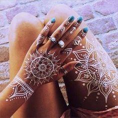 Sunny Disposition - The Prettiest Henna Tattoos on Pinterest - Photos Henna Tattoo Hand, Henna Tattoo Muster, White Henna Tattoo, Henna Body Art, Mandala Tattoo, Henna Mandala, Henna On Leg, Full Body Henna, Thigh Henna