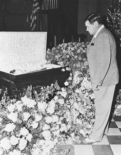 Baseball legend Lou Gehrig is pictured here at his funeral in an open casket, with Babe Ruth standing beside the casket as a mourner. Ruth himself went on to have a public open-casket funeral to which people came to pay their last respects. Lou Gehrig, Babe Ruth, Post Mortem, Baseball Players, Baseball Pics, Baseball Stuff, Baseball Cards, Baseball Scoreboard, Baseball Wall