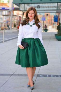 美しい光沢が魅力を引き立たせるフレアスカート、ボリューム感でメリハリをつけて。40代アラフォー女性におすすめのフレアミニスカートコーデ♬