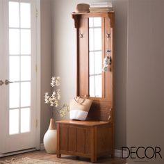 Mobiliário em madeira garante charme e praticidade no hall