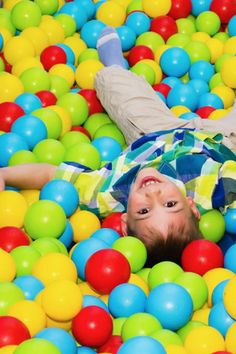 Suchy basen z kolorowymi piłeczkami to prosta metoda na zachęcenie dziecka do aktywności fizycznej poprzez zabawę. #suchybasen #basenzpiłeczkami #basendziecięcy #suchybasenzpiłeczkami