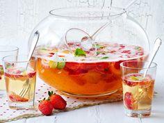 Die perfekte Erfrischung für deine Sommerparty: So einfach machst du prickelnde Erdbeerbowle selber. Besonders lecker mit frischer Minze!