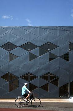 Triangle Design: Dabura Commercial Building in Japan – Design. Architecture Design, Parametric Architecture, Education Architecture, Facade Design, Beautiful Architecture, Industrial Architecture, Architecture Board, Japan Design, Building Exterior