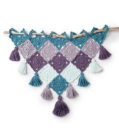 Easy How To Make A Bernat Crochet Granny Motif Wall Hanging Decoration - Horgolás - Crochet Wall Art, Yarn Wall Art, Crochet Wall Hangings, Diy Crochet Wall Hanging, Crochet Bunting, Crochet Rug Patterns, Crochet Motif, Crochet Rugs, Free Crochet
