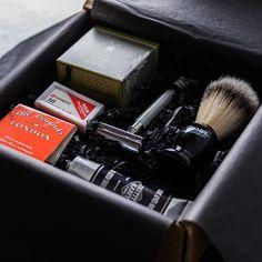 Die Rasurmanufaktur startet... JETZT! Exklusive Produkte für die tägliche Rasur. Ab sofort monatlich geliefert. Denn: Stil beginnt im Badezimmer. http://ift.tt/2ep5VOs #Rasierhobel #shaving #safetyrazor #beard #shaving #nassrasur #rasurmanufaktur #rasierpinsel #shavingbrush #rasierschaum #rasur #gentleman #gentlemen #style #lifestyle #shavingbowl #lather @arnoldpoeschl