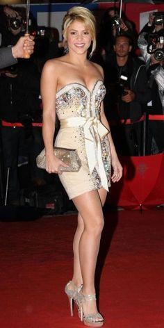 """SHAKIRA    La intérprete de """"Rabiosa"""" desfiló por la alfombra roja de los NRJ Music Awards en Cannes, Francia, con un minivestido de Furne One y zapatillas de plataforma."""