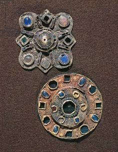 Fibule a disco. Disk fibulas from the tombs of Westhoffen, France. Medieval Jewelry, Medieval Clothing, Ancient Jewelry, Old Jewelry, Jewelry Art, Viking Jewelry, Antique Jewelry, Royal Family Trees, Romanesque Art